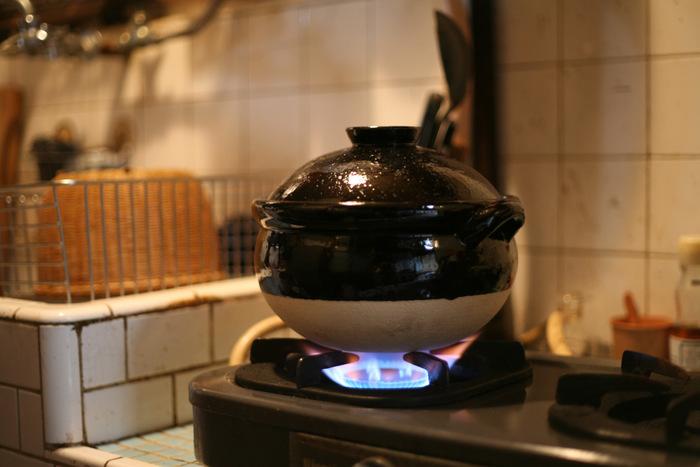 """美濃焼や伊賀焼など陶器の産地が多い東海地方を地盤とするブランド「TOJIKI TONYA」の土鍋は、""""ていねいに暮らすための土鍋""""がコンセプト。土鍋に使われている伊賀の陶土は、ざらっとした素朴な手触りが特徴で、蓄熱性が高いために土鍋本体がしっかりと熱を蓄えて、お米旨みを逃がさず炊き上げます。"""