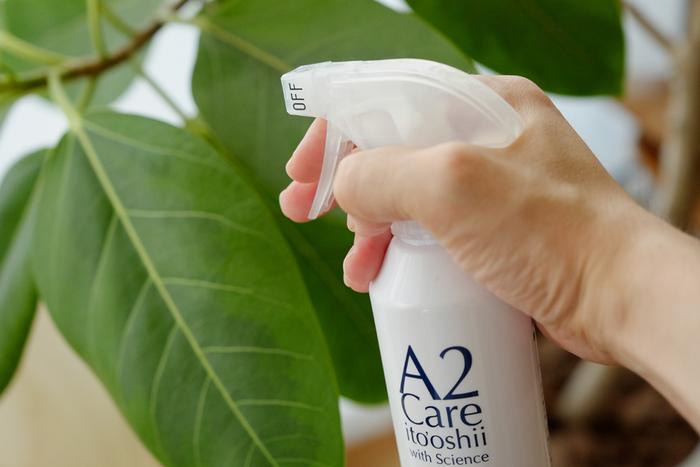 18年の歳月をかけて誕生したというA2 Careの成分は、精製水99.99%、二酸化塩素0.01%で、ほぼ水。除菌消臭剤には臭いでごまかすようなものもたくさんありますが、こちらは正真正銘無臭です。もともと医療機関向けに研究されてきただけあって安心安全。今ではスポーツ施設、ANAのラウンジ、機内の清掃、医療機関などで幅広く使われています。