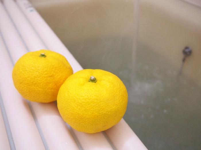 冬至の日になると毎年話題になる「ゆず風呂」。昔からある冬の風物詩の一つですよね。新鮮なゆずの実が手に入ったら、ぜひお風呂に入れて温まりましょう。お風呂に入れるゆずの数に決まりはありませんが、丸ごと入れるのとカットして入れるのとでは、肌への感触がかなり異なります。これは柑橘類に含まれる成分によるもので、お肌の弱い方はピリピリした刺激を感じることもあるため、丸ごと入れて楽しむ方が安心です。