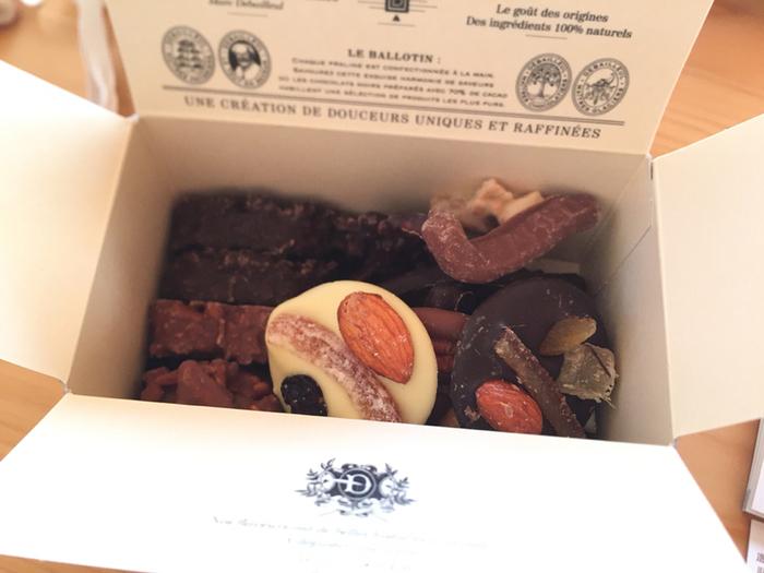 ベルギー・ブリュッセルにアトリエを構える「DEBAILLEUL」。ベルギーチョコレートの伝統×斬新なアイディア、さらにフランスの最高職人の技術をベースとし、素材に徹底的にこだわって作られるチョコレートの数々。これまで体験したことのない味わいに、多くのファンが連日押し寄せています。