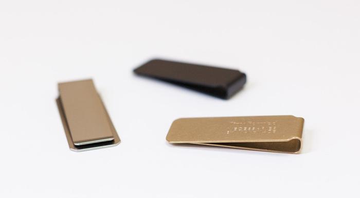 同じく、「Tiny Formed」のマネークリップは、装飾に無駄がなく刻印もごくシンプル。真鍮素材のものは使い込むほどに味が出るので、普段から身の回りにおいてもらうものとしては最適!(\1,944~\2,160(税込))