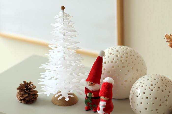 北欧・デンマーク生まれの紙製クリスマスツリーは、25.5センチと少し大きめの37.5センチの2種類。紙を重ねて作るタイプなで、目線より下に飾るのがきれいなツリーのカタチに見えておすすめです。