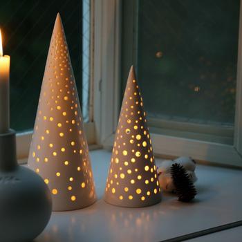 これからの季節にぴったりのツリー型キャンドルホルダーは、ケーラー社の人気シリーズ「ノビリ」のひとつ。真っ白でやわらかい風合いのアイテムは、夜に灯りを灯すとまた違った雰囲気を見せてくれます。