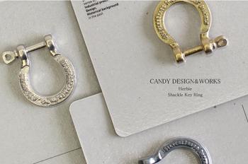 アンティーク感ただようプロダクトが魅力のアクセサリーレーベル「CANDY DESIGN&WORKS」のキーリング。無骨な質感とデザインがおしゃれな彼にぴったりのアイテムです。(¥1,900(税抜))