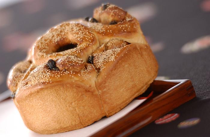 おせち料理に飽きた頃、パンが食べたくなりますよね♪そんな時は、ぜひ黒豆を加えたパンをつくってみて!パン生地を広げたら、お砂糖を混ぜたきなこを振りかけて、そして黒豆を散らします。お餅につけて食べきれなかったきなこも活用でき、栄養価も増して一石二鳥。きな粉のやさしい香りが感じられて、しあわせな気持ちになれるパンです。