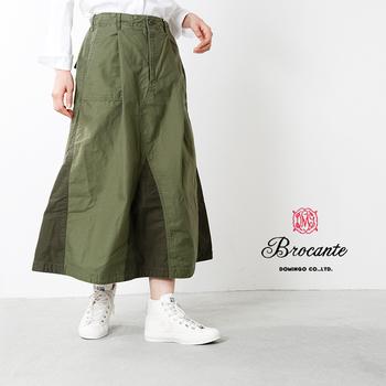 カーキのミリタリー風スカートも、モールスキンなら大人っぽさが。保温性が高いので、寒い季節のスカートでも足元はあたたか。