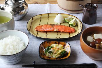 大きな柄のある器は使いにくいとも思われがちですが、墨が流れるような、自然の揺らぎに任せた模様は、日本の食卓によく馴染みます。