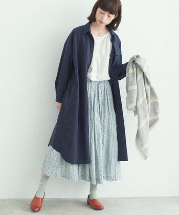 シャツワンピースも、ふっくらとした生地のモールスキンならジャケット感覚で着ることができます。女性らしい柔らかなスカートを合わせて、メンズライクなワンピースとの差を楽しんで♪