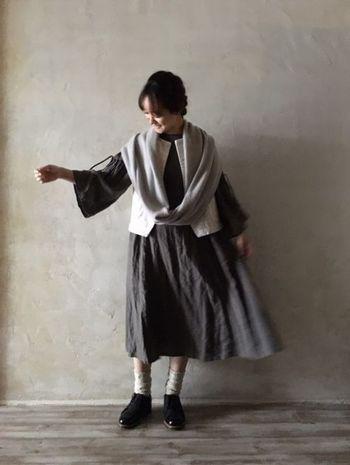 リネン素材のワンピースの上に、モールスキンのベスト、さらにカシミヤのスヌードを重ねた着こなし。あえて異なる素材を使ったコーディネートからは、おしゃれ上級者の遊び心が♪