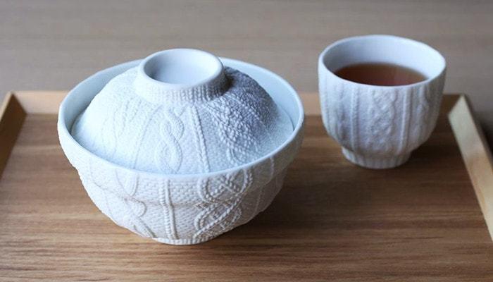 まるでニット?思わず手に取りたくなる驚きのデザインは、愛知県瀬戸市の陶器型メーカーM.M.Yoshihashi(エム・エム・ヨシハシ)とCEMENT PRODUCE DESIGN(セメントプロデュースデザイン)の共同開発によって生まれたプロダクト。贈りものにも喜ばれそうな逸品です。