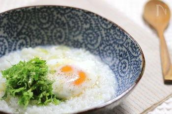 ニンニク、セロリ、ナンプラーのエスニックな風味が魅力的なタイ風粥。たまには、こんなお粥も変化があっていいですね。温泉卵とニンニクをつぶしながら食べるとおいしいそうです。