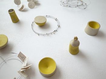 2016年 9月『ぺブル印房「日々の結晶』展から。 「ぺブル印房」は香川県に拠点を置き、和紙やリネンコードからアクセサリー、壁装飾、はんこなどを制作する工房です。