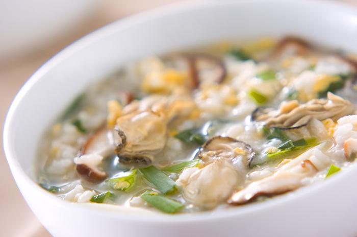 旬の牡蠣のうまみを存分に味わえる雑炊。鰹節や昆布などを使った出汁で、風味豊かに仕上げています。お雑炊は具材から溶け出した栄養分も余すところなく食べられるのでおすすめです。