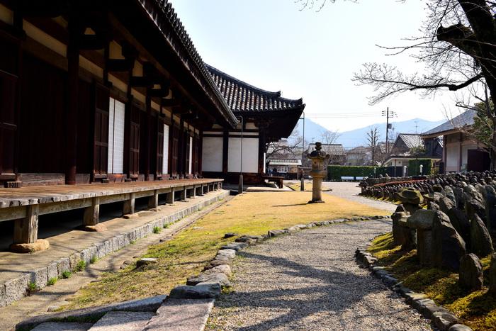 世界遺産、元興寺は593年に蘇我馬子によって創建された寺院で、日本屈指の古刹のひとつです。もともと飛鳥地方に建てられましたが、都が平城京へ遷った際に、元興寺も現在の奈良市内に移築されました。