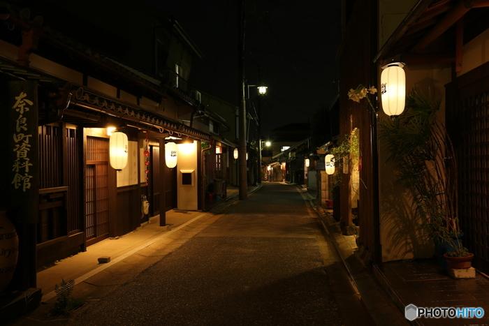 江戸時代以降に建てられた歴史的な町屋が数多く現存しているならまちでは、細い路地の両横に凝った意匠が施された大小の町屋建物が軒を連ねています。