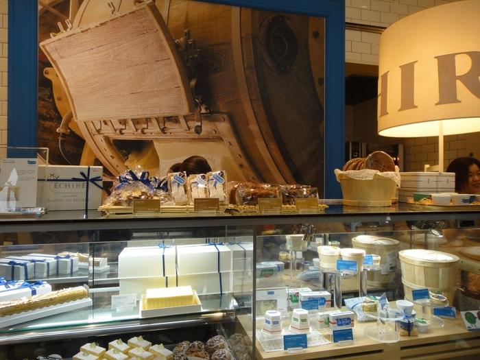 2009年9月に丸の内ブリックスクエアに世界初の、フランスA.O.P.(Appéllation d'Origine Protégée:原産地呼称統制)伝統発酵バター「エシレ」の専門店として「エシレ・メゾン デュ ブール」はオープンしました。