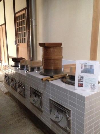 一般開放されているならまち格子の家では、土間やかまどなど、伝統的な生活用具が展示されており、かつての町屋家屋における生活様式を伺い知ることができます。
