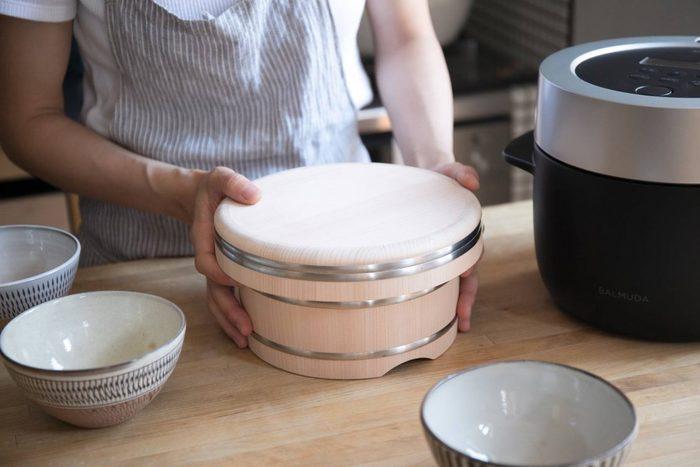 おひつのまるい形にこだわってきたという岡田製樽。フタの角を取り丸みをつけたなめらかな手触りです。素材は木曽産のサワラ。とても軽く樹脂分が多いため、水に強い性質をもっています。古くからおひつに使われていて、ほのかなサワラの香りはお米のおいしさを引き立ててくれます。