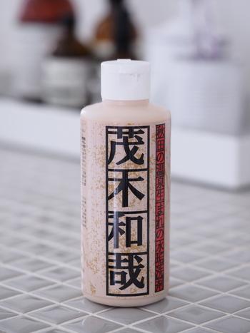 「茂木和哉(もてぎかずや)」は、研磨剤が入った弱酸性の洗浄剤です。ゴム手袋を着用して使用しましょう。  <使い方> 容器をよく振ってから、くしゃくしゃに丸めたラップに液を出し、水垢が気になるところをこすります(ラップをたわしのようにして使います)。3分ほどおいて、また同じようにこすってからしっかり洗い流せばOK。