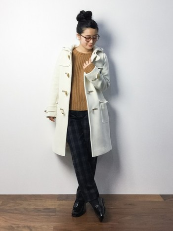 ピュアで清楚な「白」のダッフルコート。カジュアルにもキレイめにも合わせやすく、一枚羽織るだけで女性らしさを演出できます。ニット×チェック柄パンツのプレッピースタイルも、白のダッフルコートを取り入れることで大人可愛い印象に♪