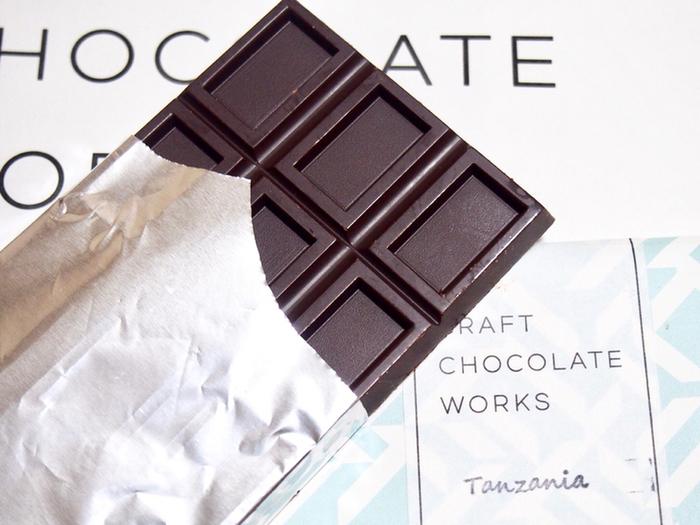 カカオ豆の産地によって味わいもガラリと変わります。こちらの水色のパッケージは「タンザニア 」のカカオ豆を使ったチョコレートで気品ある味わいを楽しめます。