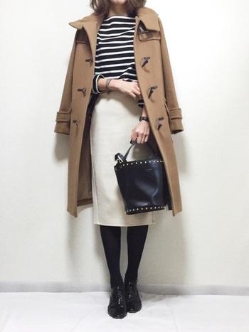 キャメルのダッフルコート×白スカートの組合せが、女性らしくて優しい雰囲気。上品&爽やかな白スカートで、重さを感じさせないモノトーンコーデがとっても素敵ですね。バッグ・シューズ・時計など、上質な小物使いで着こなしの洗練度がさらにUP。