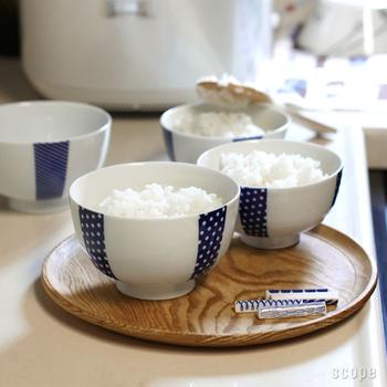 お茶碗なのにどこか洋風な雰囲気の花茶碗は、古きよき日本の「道具」を今の生活にマッチした使いやすいデザインにアレンジした「東屋」とクリエイティブユニット「Bob Foundation (ボブファンデーション)」のコラボ商品。くっきりしたブルーが爽やかで、白地に映えます。
