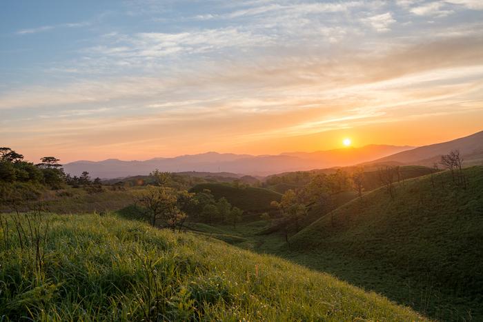 南小国町は、熊本県阿蘇郡に位置する人口約4000人弱の町です。標高945メートルから430メートルの高原からなる南小国町からは、阿蘇五山や九重連山を見渡すことができ、町の中は景勝地の宝庫となっています。