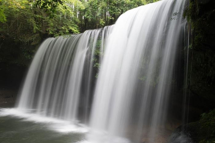 南小国町のお隣、小国町には白いヴェールのように優美で洗練された美しさを持つ鍋ヶ滝を見る事ができます。
