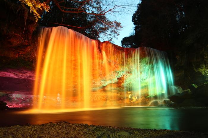 ライトアップされた鍋ヶ滝の美しさは、傑出しています。白い水瀑が光を浴びて七色に輝く様は神秘的で、いつまで眺めていても飽きることはありません。