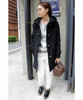 落ち着いた印象の「ブラック」は、カジュアルスタイルにクールなニュアンスをプラスします。グレー×白パンツのキレイめカジュアルに取り入れれば、ワンランク上の上品な大人の着こなしに。クラシカルな小物使いで今年らしさをプラス。