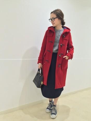 普段とは一味違った着こなしを楽しみたい方は、大人可愛い「赤」のダッフルコートもおすすめです。シンプルなモノトーンコーデに投入するだけで、一気に明るく華やかな印象に。定番のアイテムだからこそ、今年はインパクトのある色を選んでみませんか?