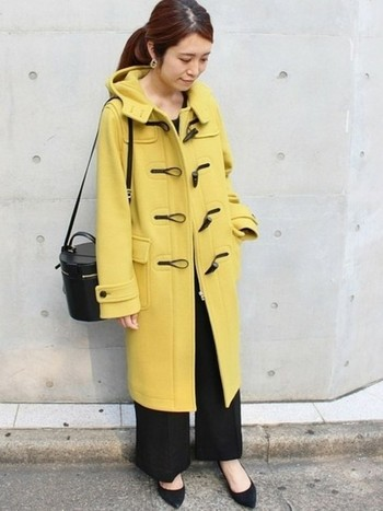 こちらは今年の注目カラー、「イエロー」のダッフルコートです。鮮やかな発色のイエローコートは、重くなりがちな冬コーデを軽やかな印象にしてくれます。シンプルなブラックコーデにさらりと羽織って、大人っぽい雰囲気で着こなせるのも魅力です。