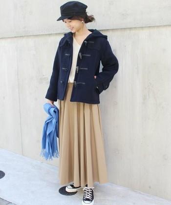 こちらはサーキュラースカートを合わせたフェミニンコーデ。ショートダッフルとロングスカートのバランスが絶妙ですね。スニーカーでカジュアルダウンさせることで、大人可愛い印象に。旬のマリンキャスケットで今年らしさもプラス。