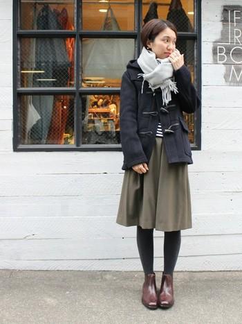 コンパクトなショートダッフルは、ボリュームのあるボトムスとも好相性。ふんわりシルエットのスカートと合わせると、上品で女性らしい雰囲気に。足元はマニッシュなショートブーツで引き締めることで、ダッフルコートのクラシカルな魅力がさらに引き立ちます。