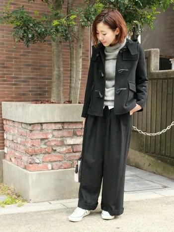ジャケット感覚で着られるショートダッフルは、ボリュームのあるワイドパンツとも相性抜群。全体をブラックベースのモノトーンでまとめると、シックで大人っぽい雰囲気になります。シャツやスニーカーでほんの少し「白」を加えることで、ぬけ感のあるおしゃれな着こなしに♪
