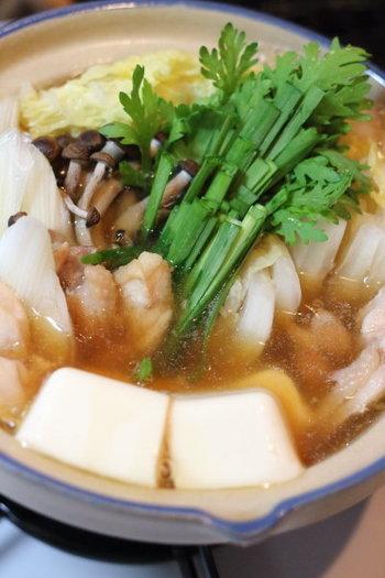 """シンプルなちゃんこ鍋。 白菜、長ネギ、ぶなしめじ、ニラ、鶏肉は時間のあるときにカットして冷凍しておき、いつでも使えるようにしておくと便利です。 あとは市販のちゃんこ鍋のスープを入れれば完成。 野菜やお肉は小分け保存しておけば、いつでも必要な分だけ""""ひとりちゃんこ鍋""""を作れます。"""