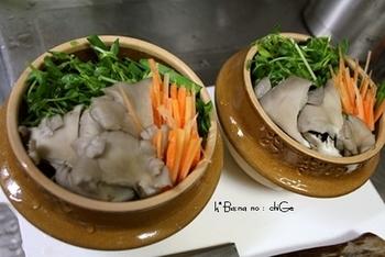 自家製スープが決め手の野菜チゲ。 かつお節や味噌、白菜キムチを混ぜて作るスープさえ作っておけばあとは簡単。 ひらたけ、ニンジン、ニラもカットしておけば煮込むだけですぐにできあがりです。