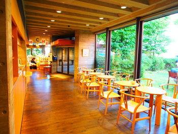 絵本作家・いわさきちひろが晩年の22年間を過ごした自宅兼アトリエ跡に建てられた絵本美術館に併設されたカフェ。上井草駅から徒歩約7分のところにあり、緑あふれる庭園と絵本に囲まれた優しい時間が流れる空間です。