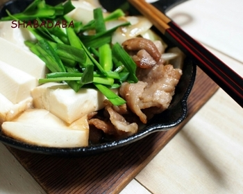 しょうゆ味のこってりしたお鍋をいただきたいときに。 タマネギとニラは冷凍してカットしたものを、牛肉はカットしてある薄切り肉を使うと手間もかからずすぐに作れます。