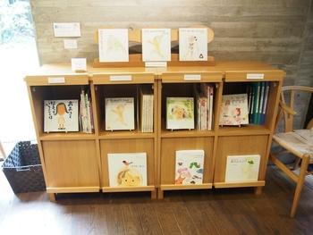 館内では、淡くてふんわりとした優しいこどもの絵が印象的な、ちひろさんの絵本や、国内外の約3000冊の絵本と出会うことができます。