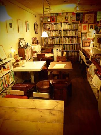 インテリアや家具、雑貨もみんなレトロ可愛い、ワクワクする店内。絵本だけでなく壁面をギャラリーとして貸し出していて、絵本作家やイラストレーターの原画展が行われることもあるそうです。荒井良二さんの絵は常設展示でずっと見られます。