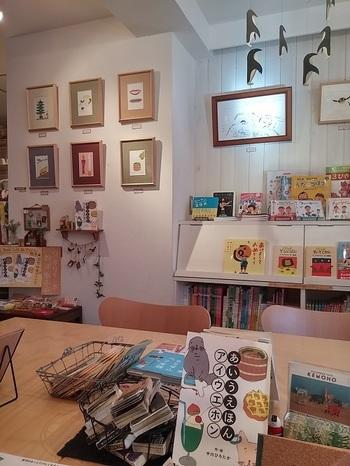 絵本作家であり音楽家の中川ひろたかさんがオーナーの絵本とうたのお店「ソングブックカフェ」。ナチュラルな店内では沢山の絵本を自由に読むことできます。