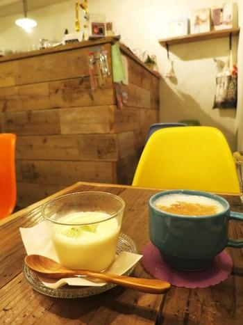 渋谷駅から徒歩約10分のところにあるアットホームな雰囲気の可愛い絵本カフェ。絵本が好きなだけ読める店内では、オーガニックティーやホットチャイと共に、カレーやパスタなどのシンプルな味付けのフードメニューも充実しています。