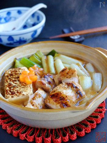 焼きネギの香りが引き立つ和風ひとり鍋。 鶏肉とネギを焼いてひと手間加えることによって、ネギマ風の香ばしい味わいが楽しめます。 フライパンの代わりに、ノンフライ調理できるオーブンで作ればよりヘルシーな仕上がりに。