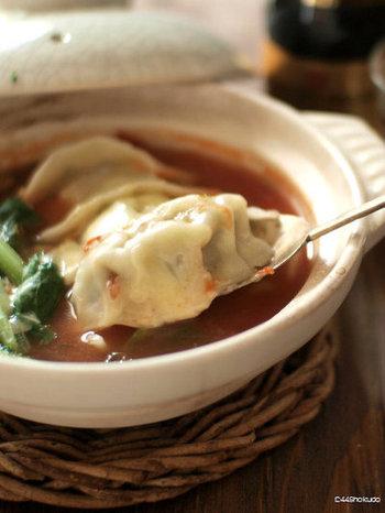 自家製の餃子を使った、ちょっぴり贅沢なお鍋。 休日にお鍋用、焼き餃子用、水餃子用と大量に餃子を作っておき冷凍しておけばいつでも作れます。