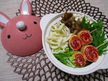 カラフルな巻き串は、豚の薄切りと薄切りにしたニンジンを薄揚げで巻いて串状にしたもの。 休日に串刺しにしておけば、平日は鍋に入れるだけで、簡単にカラフルなお鍋を楽しめます。