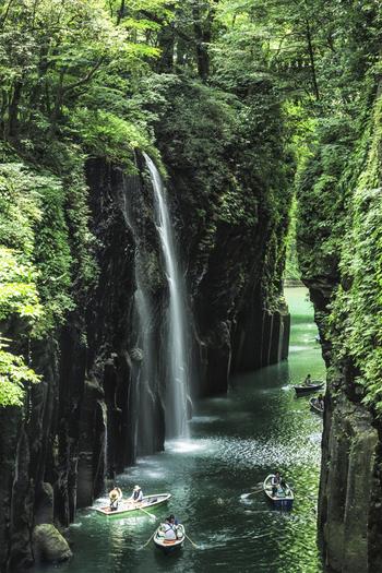 高千穂峡は80〜100mの断崖が7kmも続くダイナミックな風景が美しい景勝地で、1934年に国の名勝・天然記念物に指定されています。阿蘇の2回の火山活動によって生まれたV字峡谷や柱状節理など、自然が生み出した壮大な風景を堪能できます。