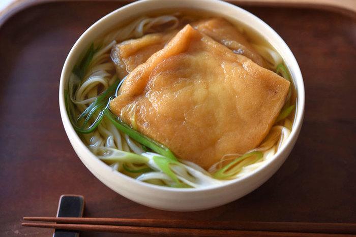 のっけるレシピの王道といえば、きつねうどん。 シンプルに油揚げのおいしさが楽しめる簡単料理です。