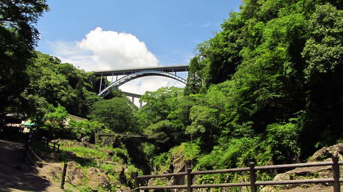 遊歩道から見ることができるのが「高千穂三橋」。ここは日本の渓谷で唯一3つのアーチ橋を眺められる場所なんです。鮮やかな緑と青空のコントラストが綺麗ですね。